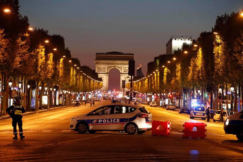 Терористички напад во Париз  Еден полицаец убиен  друг ранет  еден од напаѓачите застрелан на Елисејските полиња  пронајден  сомнителен пакет