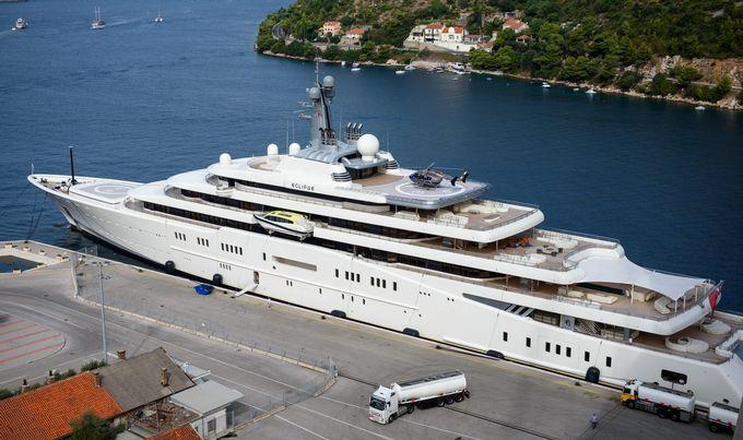 Видео  фото Абрамович во Хрватска ја полнел својата јахта со гориво за што платил 1 милион евра