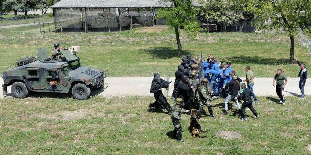 Показна вежба на СПБГ во касарната Петровец