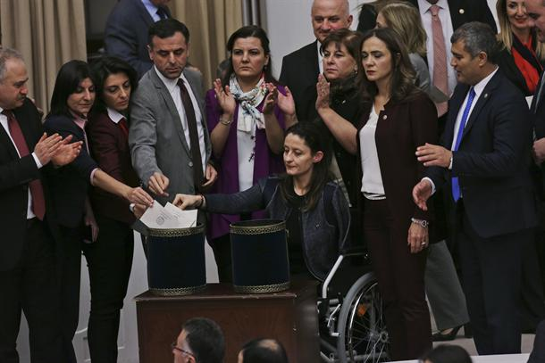 Женска тепачка во турскиот парламент поради зголемените ингеренции на Ердоган