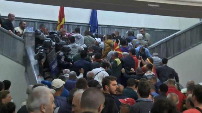 МВР трага по лица инволвирани во насилствата во Собранието на 27 април