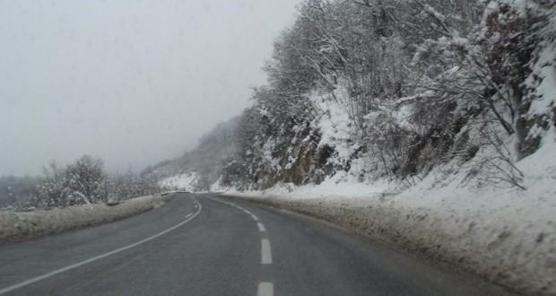 Сообраќајот се одвива во зимски услови по претежно влажни коловози