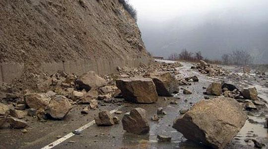 Патот Кочани   Македонска Каменица во прекин  се работи на отстранување на одронот