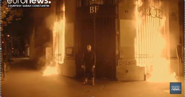 ruski-umetnik-zapali-banka-vo-pariz