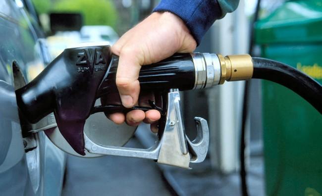 Бензините и дизелот поевтинуваат за два денара