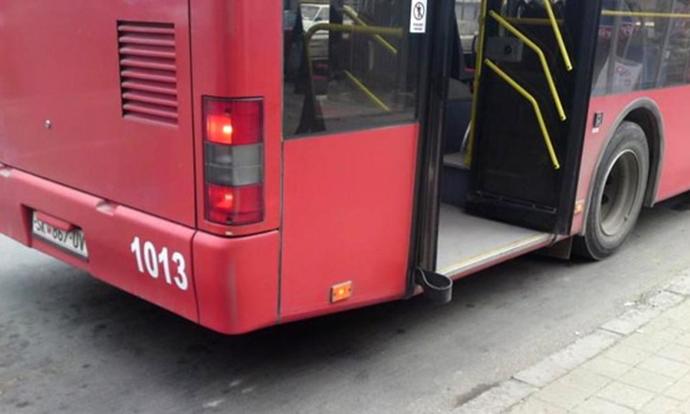 Тепачка меѓу патници во автобус на ЈСП  повредено 18 годишно момче
