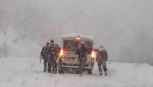 Екипи на ЕВН Македонија на терен за да воспостават снабдување со струја на селата во реканскиот крај