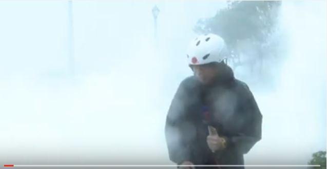 tajfunot-hato-zbrisha-reporter-dodeka-izvestuvashe-vo-zhivo