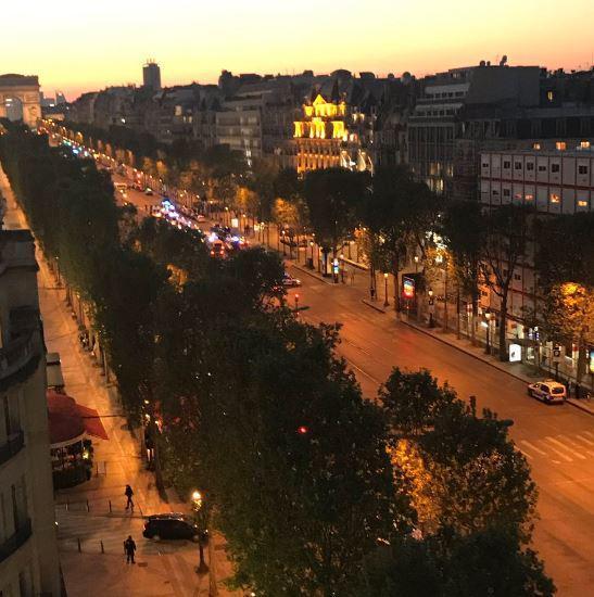 Париз  Еден полицаец убиен  друг ранет  напаѓачот застрелан на Елисејските полиња  пронајден  сомнителен пакет