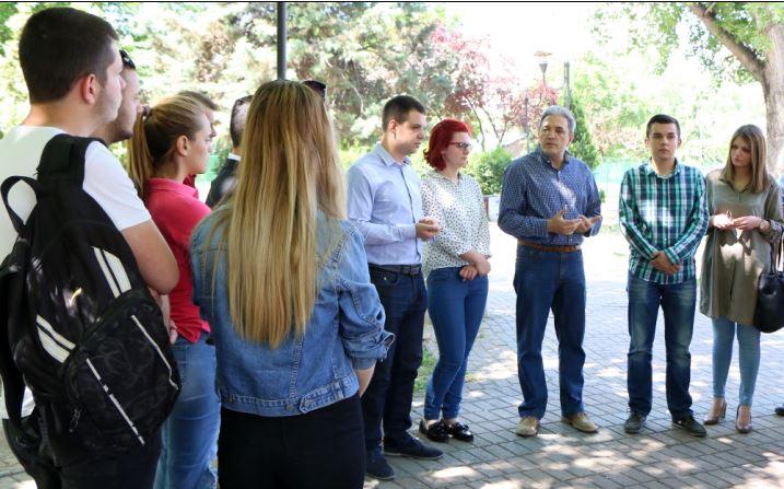 Пратениците на СДСМ на средба со матуранти и професори разговараа за укинување на екстерното тестирање