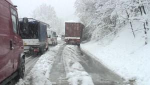 Забранет сообраќајот за камиони на неколку патни правци