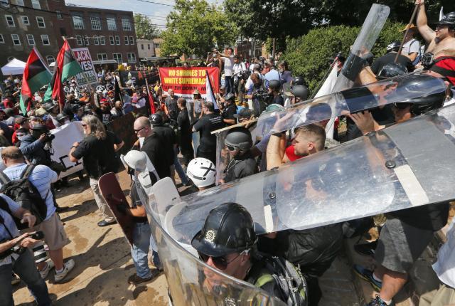 Вонредна состојба во Шарлотсвил  Автомобил влета во толпата  падна и хеликоптер