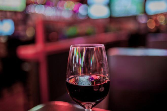 Гостиварец наместо вино испил непозната течност  пренесен на скопски клиники