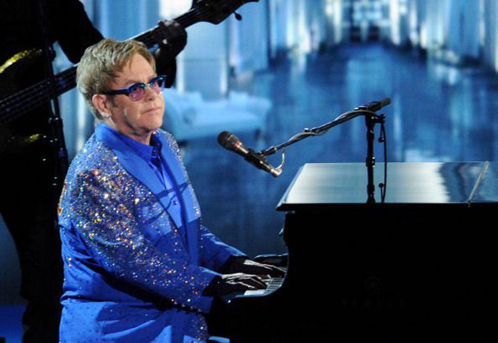 Среде концерт Елтон Џон  погоден во глава , си ги брои забите
