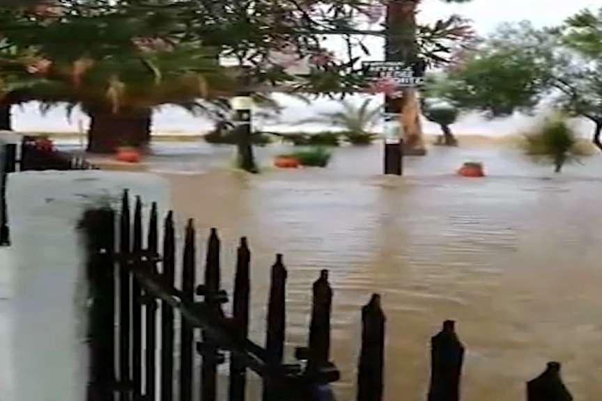 Поплави во Грција  евакуирани македонски туристи