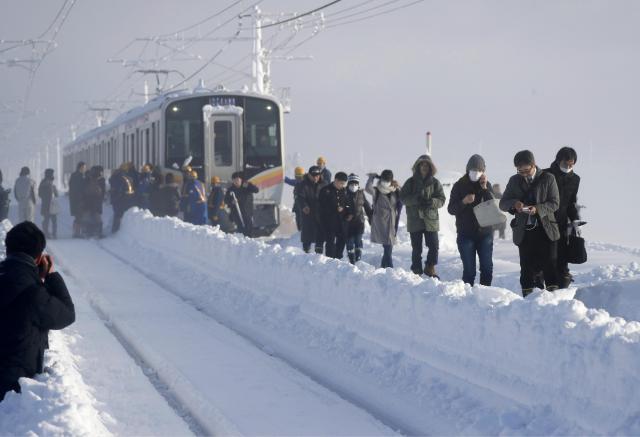 Над 430 патници останале цела ноќ завеани во снежни наноси