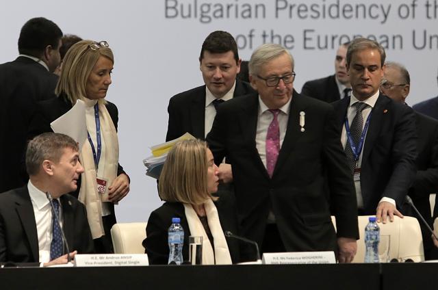 Јункер  Да ја отвориме вратата за Западниот Балкан  за да не се повторат 90 тите