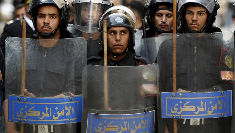 krvava-racija-nastrada-i-zasiluvanjeto-ubieni-52-policajci-vo-kairo