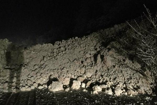 Почнува расчистувањето на лавината што го блокира патот Дебар Маврови Анови