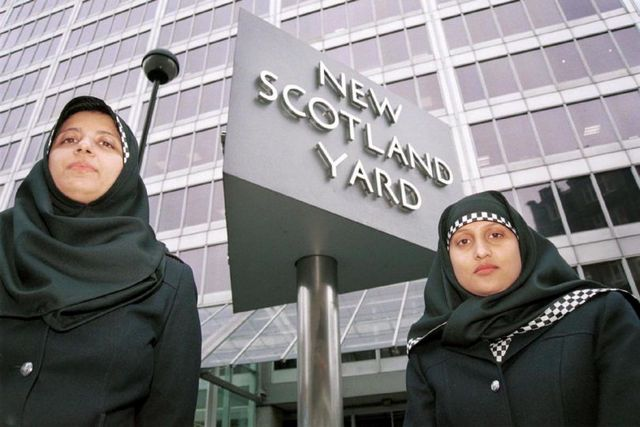 dodeka-francija-gi-zabranuva-burkinite-shkotska-voveduva-novi-uniformi-za-policajkite-muslimanki