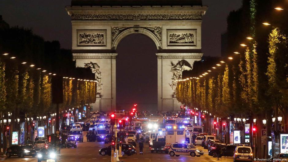 По терористичкиот напад во Париз полицијата трага по можен соучесник