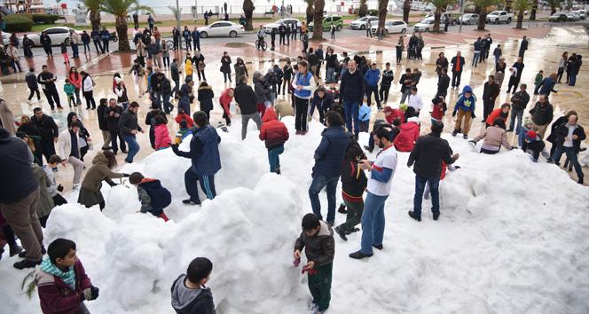 Градоначалникот на Аланија им донесе снег на граѓаните