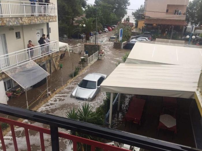 Поплава во Грција   невремето однесе цела плажа  евакуирани и македонските туристи  фото видео
