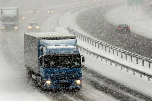 Снегот го отежна сообраќајот  забрани за камиони на Стража  Маврово и Ѓавато