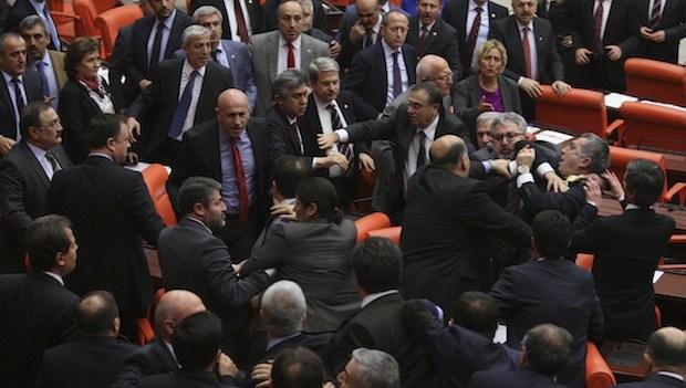 Масовна тепачка во Турскиот парламент