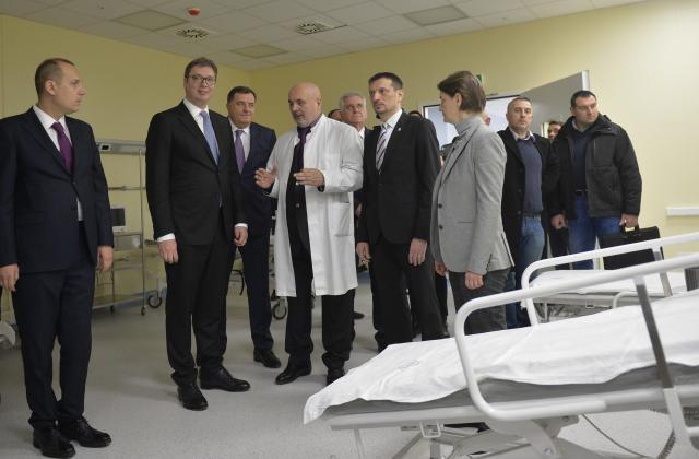 Вучиќ отвори нов Клинички центар во Ниш : завесите се на копче